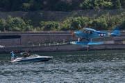 Ein Wasserflugzeug landet im Seebecken vor Hergiswil. (Bild: Eveline Beerkircher, 2. Juni 2018)