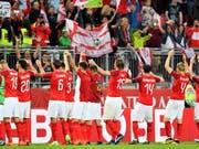 Die Österreicher lassen sich nach ihrem Coup gegen Weltmeister Deutschland feiern (Bild: KEYSTONE/EPA/SASCHA STEINBACH)