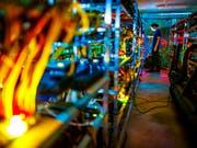 Internetwährungen sind derzeit ein beliebtes Ziel von Kriminellen. (Bild: KEYSTONE/VALENTIN FLAURAUD)