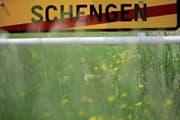 Ein Strassenschild symbolisiert das Ende der Ortschaft Schengen. (Bild: Christopher Furlong/Getty; 11. Mai 2016)