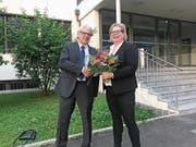 Der abtretende Präsident des Flugplatzkomitees Nidwalden, Urs Müller, gratuliert seiner Nachfolgerin Karin Costanzo. (Bild: PD)