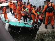 Rettungskräfte konnten zwei Passagiere der am Dienstag in Indonesien untergegangenen Fähre nur noch tot bergen. (Bild: KEYSTONE/AP/BINSAR BAKKARA)