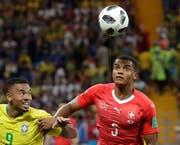 Der Schweizer Manuel Akanji (rechts) im Duell mit Brasiliens Gabriel Jesus. Bild: Laurent Gillieron/Keystone (Rostow am Don, 17. Juni 2018)