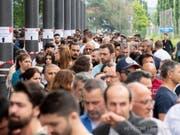 In der Schweiz wählten weit über die Hälfte der hier registrierten türkischen Wahlberechtigten: So bildeten sich - wie hier in der Messe Zürich - lange Schlangen vor den Wahllokalen in Bern, Genf und Zürich. (Bild: Keystone/ENNIO LEANZA)