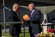 Landratspräsident Peter Tresch (rechts) erhielt von Gemeindepräsident Felix Cavaletti einen Fussball geschenkt. (Bild: Urs Hanhart (Göschenen, 20. Juni 2018))