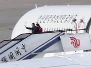Nordkoreas Machthaber Kim Jong Un und seine Frau beim Abflug vom Flughafen Peking nach ihrem China-Besuch. (Bild: KEYSTONE/AP Kyodo News/MINORU IWASAKI)