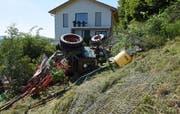 Der Traktor kam neben einem Wohnhaus zum Stillstand. Bild: Luzerner Polizei