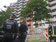 Die deutsche Polizei durchsucht nach dem Fund von hochgiftigem Rizin ein Hochhaus in Koeln (KEYSTONE/DPA/Oliver Berg) (Bild: KEYSTONE/dpa/OLIVER BERG)