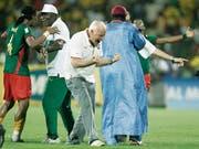 Das ist auch schon zehn Jahre her: Otto Pfister ballt als Coach von Kamerun nach dem Finaleinzug am Afrika-Cup die Fäuste. (Bild: Alastair Grant/Keystone (Accra, 7. Februar 2008))