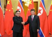 Verstehen sich anscheinend prächtig: Nordkoreas Machthaber Kim Jong Un und Chinas Staatschef Xi Jinping. (Ju Peng/Xinhua/AP; Peking, 19. Juni 2018)