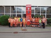 Gemeinsame Sache: Toldo-Lernende und RhB-Angestellte in Landquart. (Bild: PD)