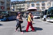 Noch können Cars direkt bei den Attraktionen halten – so wie hier am Schwanenplatz. (Bild: Eveline Beerkircher / Luzern, 20. Juni 2018)