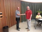 Präsident Patrick Zollinger (rechts) begrüsst das neue Vorstandsmitglied Marcel Stalder. (Bild: PD)