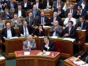 Ungarns Ministerpräsident Viktor Orban (Mitte rechts) freut sich am Mittwoch im Parlament in Budapest über die Annahme des Anti-Flüchtlings-Gesetzespakets. (Bild: Keystone/EPA MTI/SZILARD KOSZTICSAK)