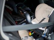 Mutter, Freundin, Hausabwart und Polizisten versuchten während Stunden, ein Baby aus dem Auto zu bringen. (Bild: KEYSTONE/ENNIO LEANZA)