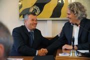 Der abtretende Landratspräsident Christoph Schillig (rechts) gratuliert seinem Nachfolger Peter Tresch. (Bild: Urs Hanhart (Altdorf, 20. Juni 2018))