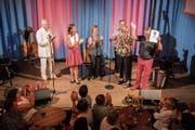 Ehre für ein Lebenswerk: Die beiden Musiker Pepe Lienhard und Melanie Oesch (links im Bild) übergaben «Bärenvater» Walter Sutter am Freitag den Publikumspreis des Swiss Location Awards. (Bild: Us Bucher)