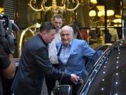 Sepp Blatter vor seinem Hotel in Moskau (Bild: KEYSTONE/AP/DMITRY SEREBRYAKOV)