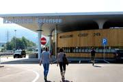 Auf den traditionellen Vorarlberger Holzbau soll die Fassade der im Probebetrieb eröffneten Bodensee-Raststation hinweisen. (Bilder: Gernot Grabher)