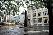 Der Lämmlerbrunnen steht künftig nicht mehr in einer Schale, sondern auf einem Platz aus Natursteinplatten. (Bild: Olivia Hug (4. Juni 2014))