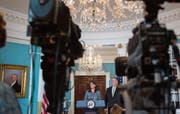 Die amerikanische UNO-Botschafterin Nikki Haley und US-Aussenminister Mike Pompeo verkünden das Ende der Vereinigten Staaten im UNO-Menschenrechtsrat. (Bild: A. Caballero-Reynolds/AFP; Washington, 19. Juni 2018)