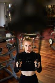 Anna Lang während ihres Fitnesstrainings in einem Luzerner Fitnesscenter. Bild: Jakob Ineichen (19.Juni 2018)