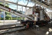Ein Ungetüm von einer «Waschmaschine»: Die 40-jährige Schotterreinigungsanlage der Themeninsel «Bahnbau macht mobil!» in der Schienenhalle des Verkehrshauses. (Bild: PD)