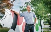 Peter Rüegg, Direktor der Sortenorganisation Tilsiter Switzerland GmbH in Weinfelden, mit der roten und der grünen Tilsiter-Kuh. (Bild: Andrea Stalder)