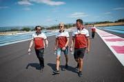 Sauber-Pilot Marcus Ericsson (Mitte) besichtigt mit Teammitgliedern die Strecke. (Bild: Valdrin Xhemaj/EPA (Le Castellet, 21. Juni 2018)