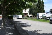 Auf diesem Strassenabschnitt sollen Gewerbeturm-Besucher ihre Fahrzeuge abstellen. (Bild: Rita Kohn)