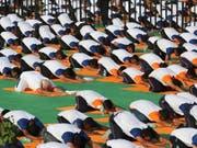 Der indische Ministerpräsident Narendra Modi und zehntausende weitere Inder begehen den Welt-Yoga-Tag. (Bild: KEYSTONE/AP/MANISH SWARUP)