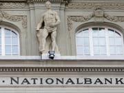 Die Schweizerische Nationalbank (SNB) hält den Franken für «weiterhin hoch bewertet» und will deshalb an ihrer lockeren Geldpolitik mit Negativzinsen festhalten. (Bild: KEYSTONE/GAETAN BALLY)