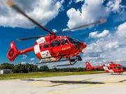 Die Rettungsflugwacht Rega hat die ersten zwei von sechs neuen Rettungshelikoptern erhalten: Ab Herbst werden die zweimotorigen H145 ab Basel und Bern eingesetzt. (Bild: Rega)