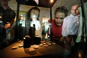 Die keltischen Silbermünzen aus dem Tägermoos sind der Kabinettausstellung im Museum für Archäologie zu sehen. (Bilder: Donato Caspari)