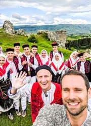 In der bosnischen Stadt Glamoč tanzte SRF-Moderator Stefan Büsser einen traditionellen Hochzeitstanz. (Bild: SRF)