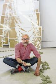 Seine Sandförmchen weisen den Weg auf die sieben Churfürsten: Werner Widmer in der Kunsthalle Wil. (Bild: Martin Preisser)