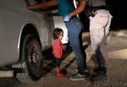 Ein Kind aus Honduras weint, während seine Mutter nahe der Grenze zu Mexiko durchsucht wird. (Bild: John Moore/Getty (McAllen, 12. Juni 2018))