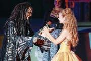 Die Schweizerin Eveline Suter, rechts, in der Rolle der «Bella» zusammen mit dem Ungar Istvan Csiszar, links, in der Rolle des «Biests», bei der Fotoprobe des Musicals «Die Schöne und das Biest» auf der Seebühne am Walensee. (Bild: Keystone/Eddy Risch)
