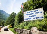 """Beim Grenzübergang: """"Herzlich Willkomen in der Republika Srbska"""". Neben der Föderation Bosnien und Herzegowina ist die Republika Srbska eine von zwei Enitäten von Bosnien und Herzegowina (BiH). (Bild: SRF)"""