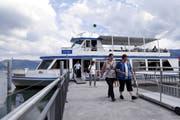 Die Gäste verlassen nach ihrer Fahrt am Steg in Unterägeri das Motorschiff Ägerisee. (Bild: Werner Schelbert 21. Juni 2018)