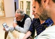 Bekanntes Gesicht: Blerim Dzemailis Vater telefoniert beim Besuch der SRF-Moderatoren mit seinem Sohn. (Bild: SRF)