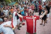 Serbische Fans jubeln beim Public Viewing in der Heimat über den Treffer ihrer Nationalmannschaft. Serbien besiegte zum Auftakt Costa Rica mit 1:0. (Bild: Vladimir Zivojinovic/AFP (Belgrad, 17. Juni 2018)