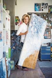 Annemarie Graf stellt in ihrem Atelier ein Bild für die Ausstellung bereit. (Bild: Reto Martin)