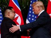 Nordkoreas Machthaber Kim Jong Un und US-Präsident Donald Trump begrüssen einander beim historischen Gipfel in Singapur. (Foto: Evan Vucci/AP) (Bild: KEYSTONE/AP/EVAN VUCCI)