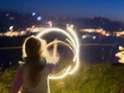 Warum brennt ein bengalisches Feuer? Wie berechne ich einen Kreis? Kinder sollten bereits früh und spielerisch an physikalische Vorgänge, Naturkunde und mathematische Formeln und Formen herangeführt werden, finden die Akademien der Wissenschaften der Schweiz. (Bild: KEYSTONE/GAETAN BALLY)