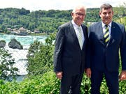 Baden-Württembergs Ministerpräsident Winfried Kretschmann (links) und Schaffhausens Regierungspräsident Christian Amsler posieren nach dem Arbeitsgespräch vor dem Rheinfall. (Bild: KEYSTONE/WALTER BIERI)