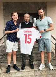 SRF-Moderator Stefan Büsser und Produzent Manuel Rothmund haben Blerim Dzemailis Vater in Mazedonien besucht. (Bild: SRF)