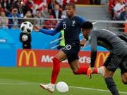 Kylian Mbappé schiesst den einzigen Treffer in Jekaterinburg gegen Peru und führt Frankreich in die Achtelfinals (Bild: KEYSTONE/AP/VADIM GHIRDA)