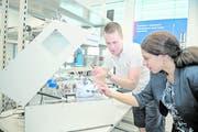 Mit dem Transfer von Spitzentechnologien möchte CSEM einen Beitrag zur Wettbewerbsfähigkeit der Schweizer Unternehmen leisten: Blick ins Forschungslabor der Aussenstelle in Alpnach.Bild: Corinne Glanzmann (20. Juni 2018)