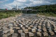 Wo die Kleine Emme in die Reuss mündet, bieten Steinbrocken ideale Laichplätze für Fische. Bild: Dominik Wunderli (Emmen, 21. Juni 2018)